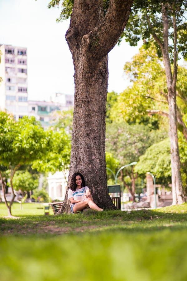 Ευτυχές κρύψιμο έφηβη στο δέντρο στοκ φωτογραφίες