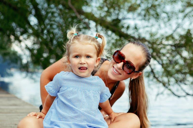 Ευτυχές λευκό καυκάσιο παιδί μητέρων και κορών που έχει τη διασκέδαση έξω στοκ εικόνα