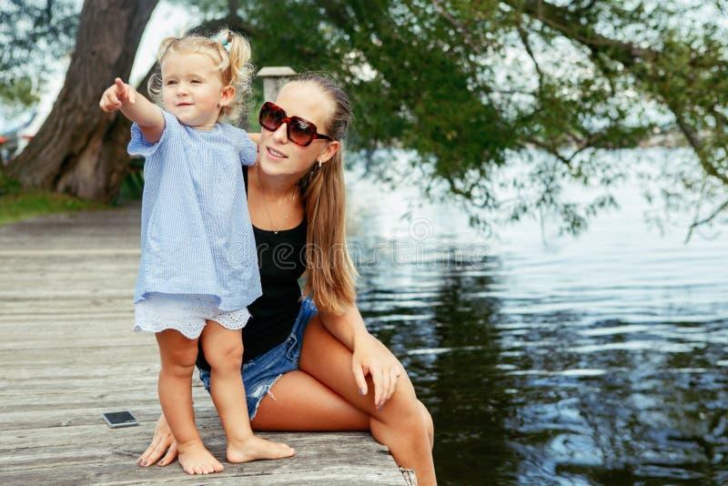 Ευτυχές λευκό καυκάσιο παιδί μητέρων και κορών που έχει τη διασκέδαση έξω στοκ εικόνα με δικαίωμα ελεύθερης χρήσης