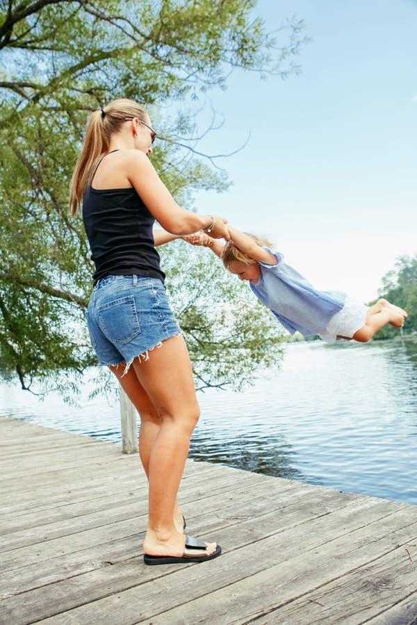 Ευτυχές λευκό καυκάσιο παιδί μητέρων και κορών που έχει τη διασκέδαση έξω στοκ φωτογραφία με δικαίωμα ελεύθερης χρήσης