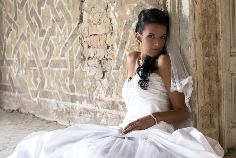 ευτυχές λευκό φορεμάτω&n στοκ εικόνες