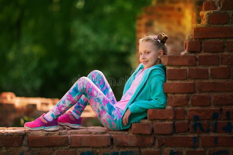 Ευτυχές μικρό άλμα παιδιών ενεργό για την ευχαρίστηση Ενεργό και ενεργητικό κορίτσι που έχει τη διασκέδαση το καλοκαίρι Η έννοια  στοκ φωτογραφία με δικαίωμα ελεύθερης χρήσης