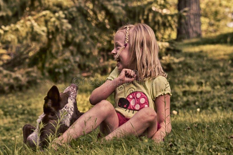 Ευτυχές μικρό κορίτσι και η Pet της στοκ εικόνα με δικαίωμα ελεύθερης χρήσης