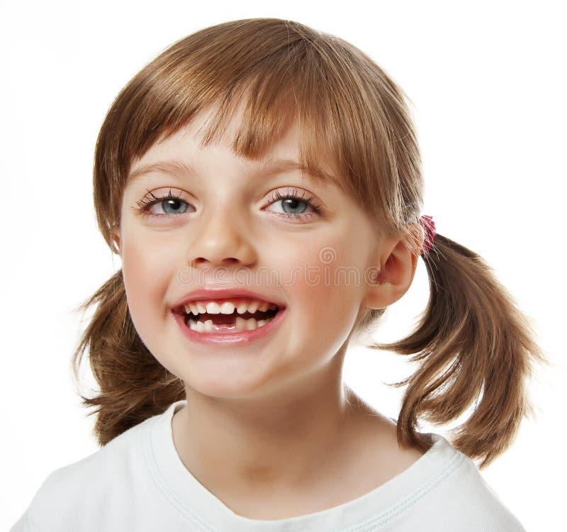 Ευτυχές μικρό κορίτσι με τα ελλείποντα δόντια στοκ φωτογραφία