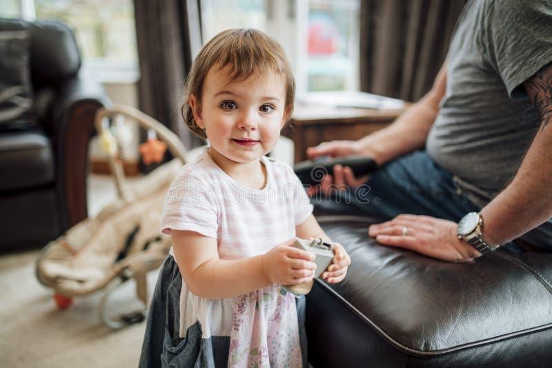 Ευτυχές μικρό κορίτσι με το παιχνίδι της στοκ φωτογραφίες με δικαίωμα ελεύθερης χρήσης