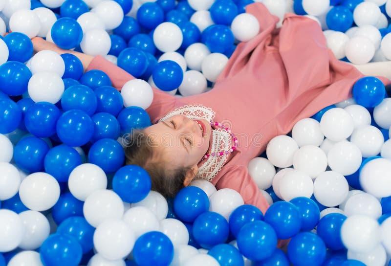 Ευτυχές μικρό κορίτσι που έχει τη διασκέδαση στοκ φωτογραφία