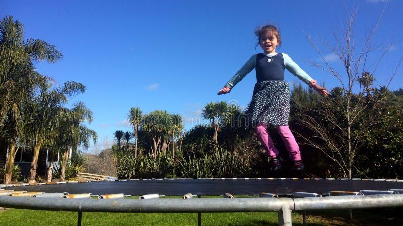 Ευτυχές μικρό κορίτσι που αναπηδά στο τραμπολίνο στοκ φωτογραφίες με δικαίωμα ελεύθερης χρήσης