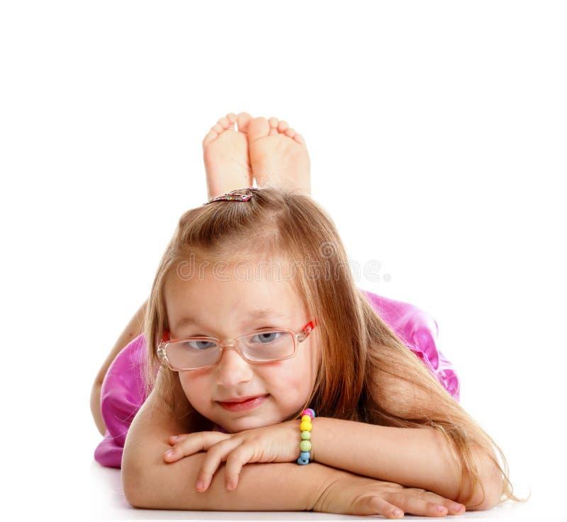 Ευτυχές μικρό κορίτσι που βάζει στο πάτωμα που απομονώνεται στοκ φωτογραφία με δικαίωμα ελεύθερης χρήσης