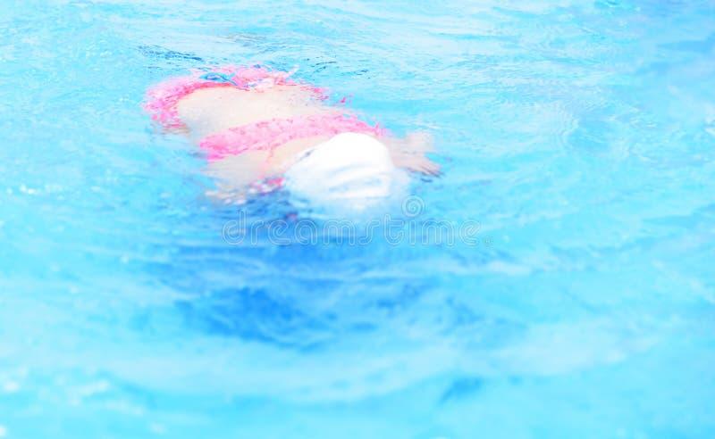 Ευτυχές μικρό κορίτσι που κολυμπά στη λίμνη Το καυκάσιο παιδί παίζει τη διασκέδαση στη λίμνη παιδικών σταθμών στοκ φωτογραφία με δικαίωμα ελεύθερης χρήσης