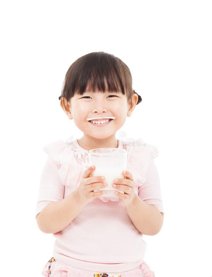 Ευτυχές μικρό κορίτσι που κρατά το φρέσκο γάλα στοκ εικόνες
