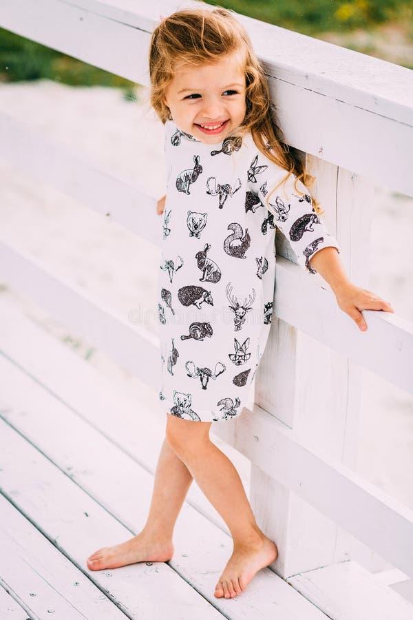 Ευτυχές μικρό κορίτσι που τρέχει σε μια παραλία στοκ φωτογραφία με δικαίωμα ελεύθερης χρήσης