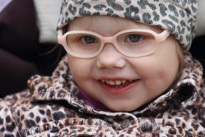 Ευτυχές μικρό κορίτσι στα πλαστά γυαλιά στοκ εικόνα με δικαίωμα ελεύθερης χρήσης