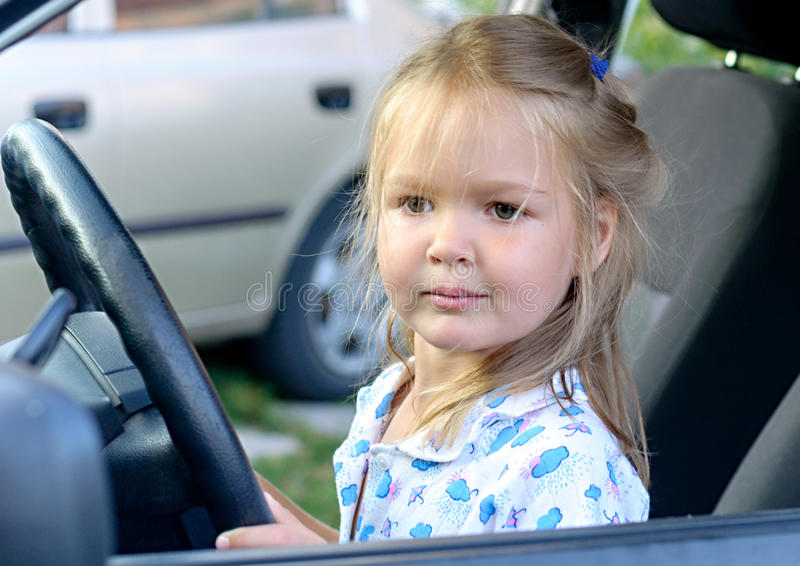 Ευτυχές μικρό κορίτσι στο αυτοκίνητο στοκ φωτογραφία
