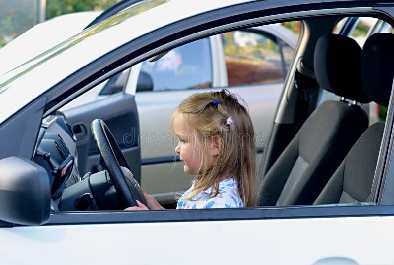 Ευτυχές μικρό κορίτσι στο αυτοκίνητο στοκ εικόνα με δικαίωμα ελεύθερης χρήσης