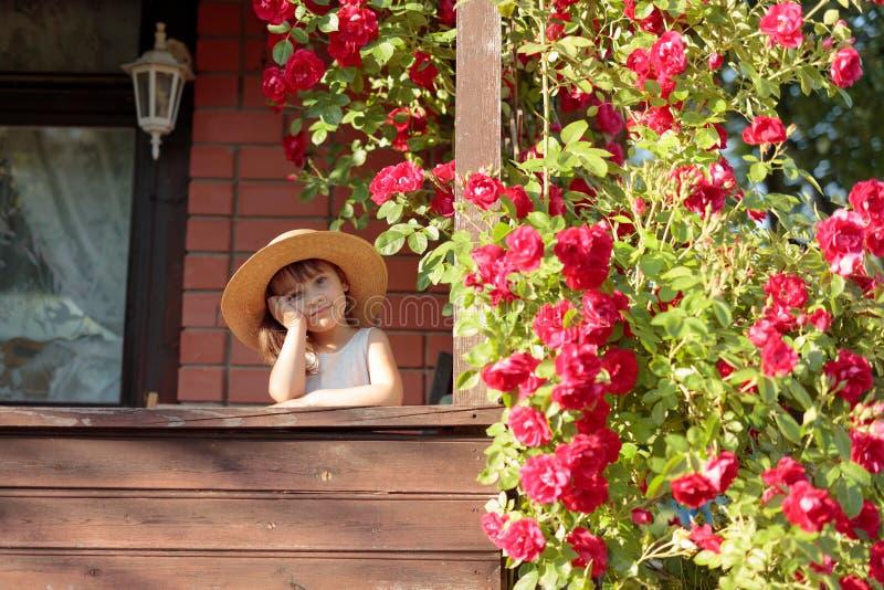 Ευτυχές μικρό κορίτσι στο καπέλο αχύρου στοκ εικόνα με δικαίωμα ελεύθερης χρήσης