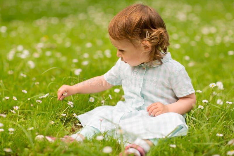 Ευτυχές μικρό κορίτσι στο πάρκο το καλοκαίρι στοκ εικόνα