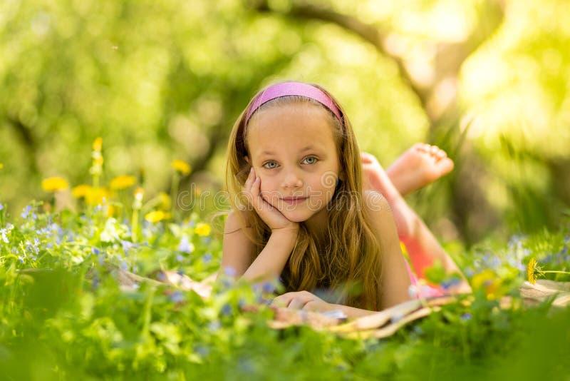 Ευτυχές μικρό κορίτσι στο πάρκο στοκ εικόνα με δικαίωμα ελεύθερης χρήσης