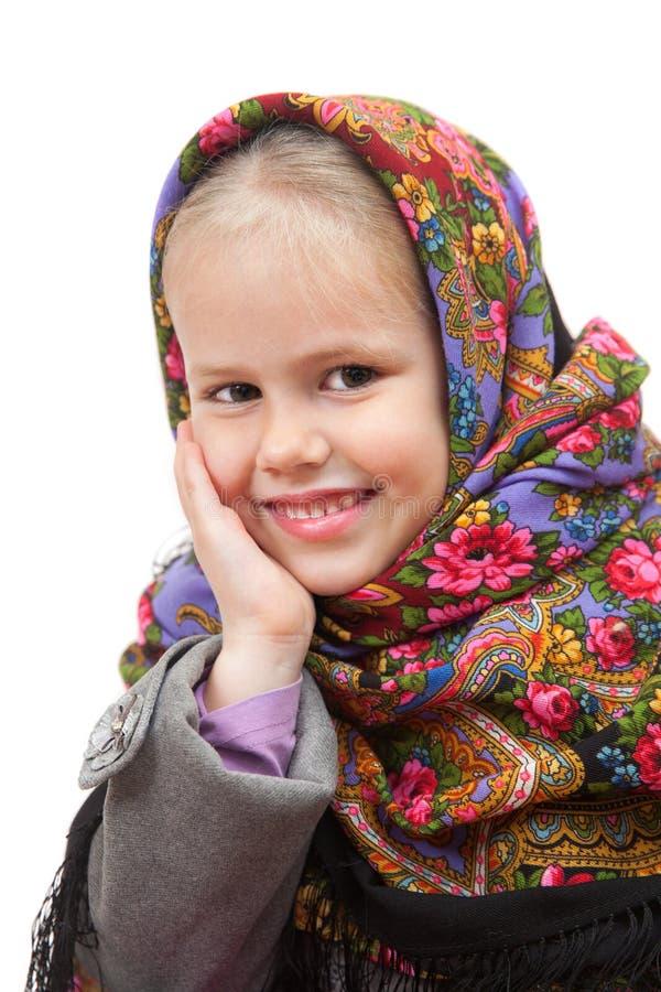 Ευτυχές μικρό κορίτσι στο παραδοσιακό ρωσικό μαντίλι για το κεφάλι στοκ φωτογραφίες