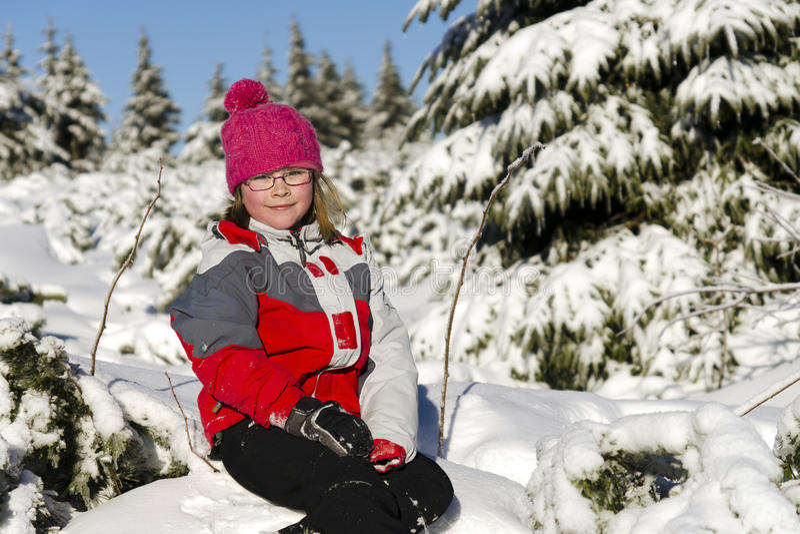 Ευτυχές μικρό κορίτσι το χειμώνα στοκ εικόνα