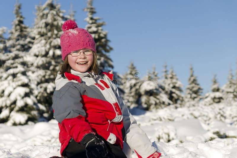Ευτυχές μικρό κορίτσι το χειμώνα στοκ φωτογραφία
