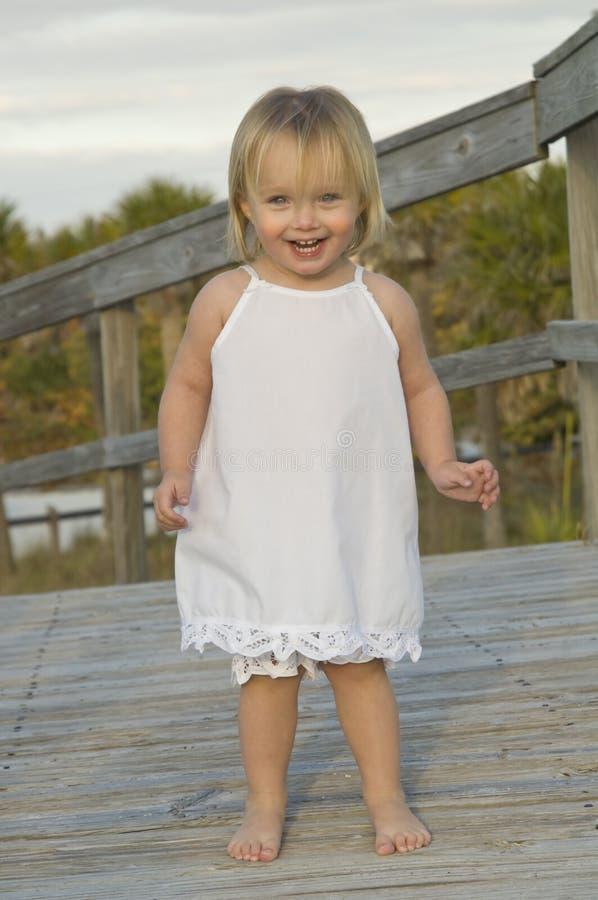 ευτυχές μικρό παιδί κοριτσιών στοκ εικόνα με δικαίωμα ελεύθερης χρήσης