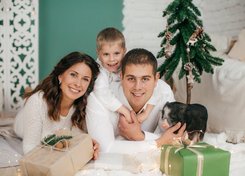 Ευτυχές μικρό παιδί με μια όμορφους μητέρα και έναν πατέρα στοκ φωτογραφία με δικαίωμα ελεύθερης χρήσης