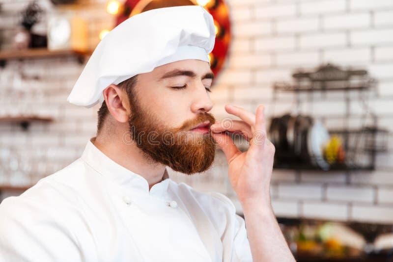 Ευτυχές μυρίζοντας άρωμα μαγείρων αρχιμαγείρων των τροφίμων στην κουζίνα στοκ φωτογραφίες με δικαίωμα ελεύθερης χρήσης