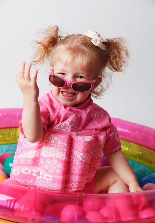 Ευτυχές μωρό στη λίμνη που φορά ένα μαγιό επιπλεόντων σωμάτων στοκ εικόνα