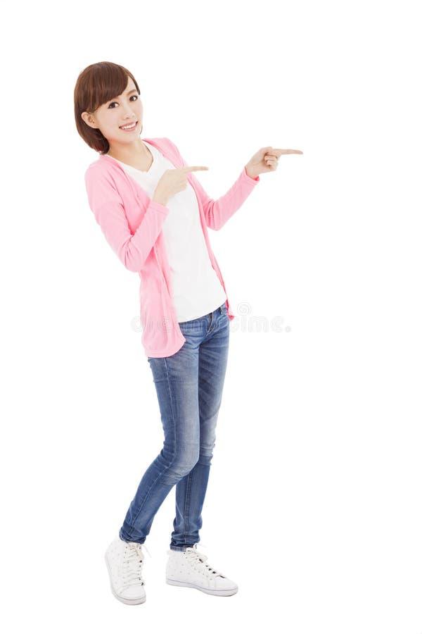 Ευτυχές νέο δάχτυλο γυναικών που δείχνει κάτι στοκ φωτογραφίες με δικαίωμα ελεύθερης χρήσης