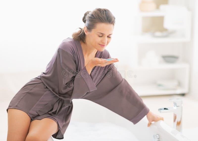 Ευτυχές νέο άλας λουτρών γυναικών μυρίζοντας στοκ φωτογραφία με δικαίωμα ελεύθερης χρήσης