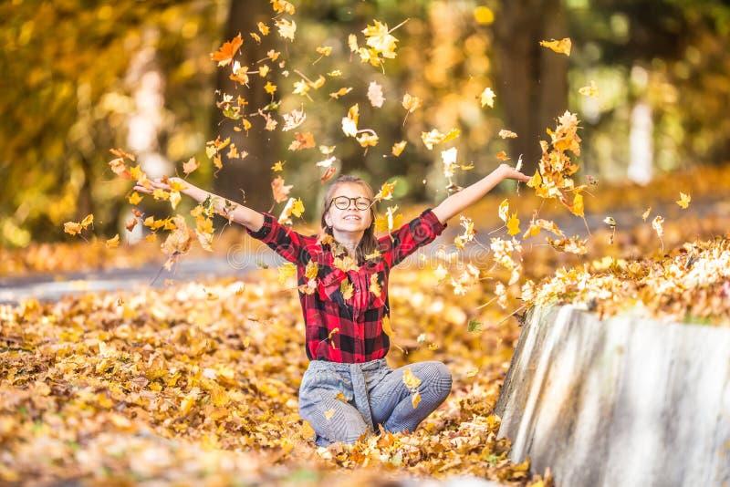 Ευτυχές νέο έφηβη που πληρώνει στο πάρκο φθινοπώρου στοκ φωτογραφία με δικαίωμα ελεύθερης χρήσης