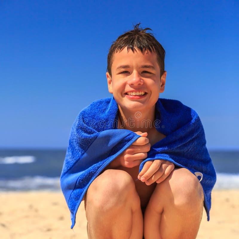 Ευτυχές νέο αγόρι στην παραλία θάλασσας στοκ φωτογραφία με δικαίωμα ελεύθερης χρήσης