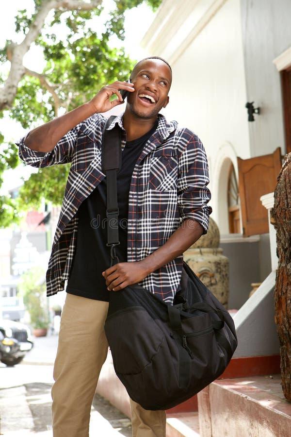 Ευτυχές νέο αφρικανικό άτομο που μιλά στο κινητό τηλέφωνο στοκ φωτογραφία με δικαίωμα ελεύθερης χρήσης