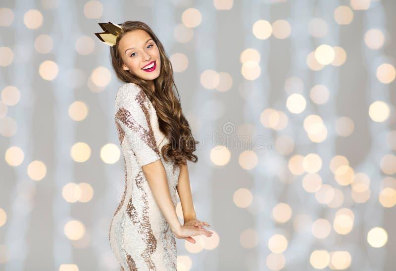 Ευτυχές νέο γυναίκα ή κορίτσι στο φόρεμα και την κορώνα κομμάτων στοκ εικόνες