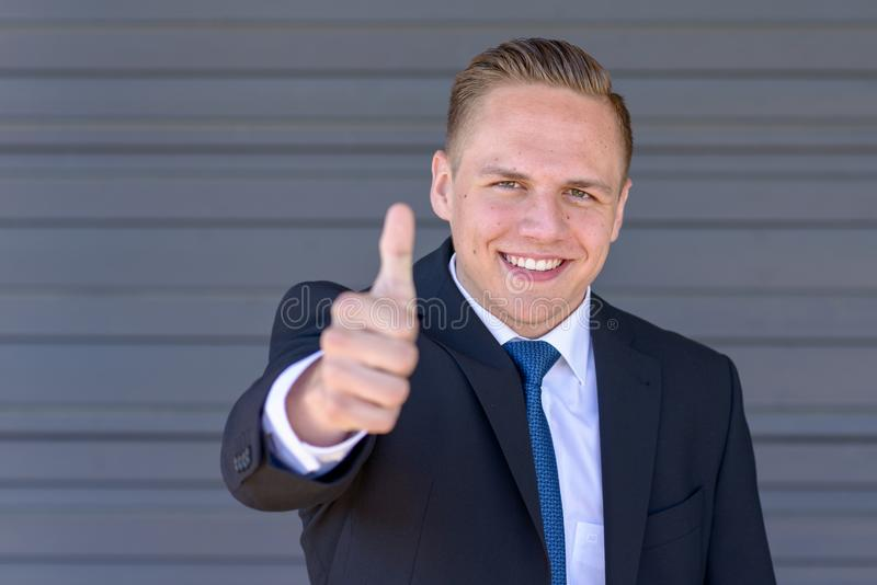 Ευτυχές νέο δόσιμο επιχειρηματιών αντίχειρες επάνω στοκ φωτογραφίες