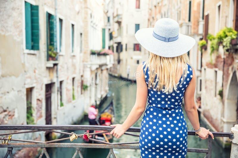 Ευτυχές νέο ελκυστικό πρότυπο μόδας γυναικών της Βενετίας Ιταλία στην μπλε εξάρτηση σημείων Πόλκα στοκ φωτογραφία με δικαίωμα ελεύθερης χρήσης