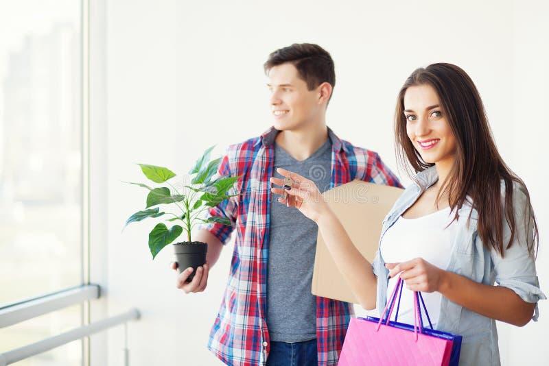 Ευτυχές νέο ζεύγος που ανοίγει ή κιβώτια συσκευασίας και κίνηση στο α στοκ φωτογραφίες με δικαίωμα ελεύθερης χρήσης