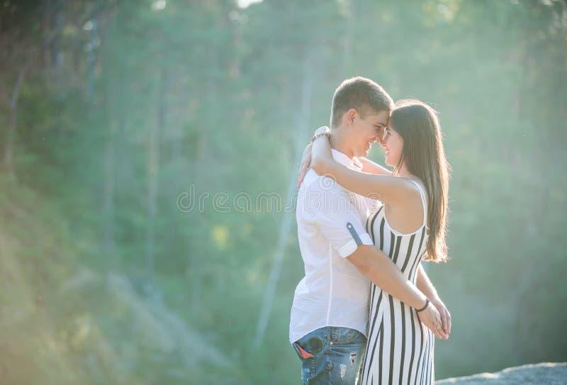 Ευτυχές νέο ζεύγος που φιλά υπαίθρια στοκ εικόνες με δικαίωμα ελεύθερης χρήσης
