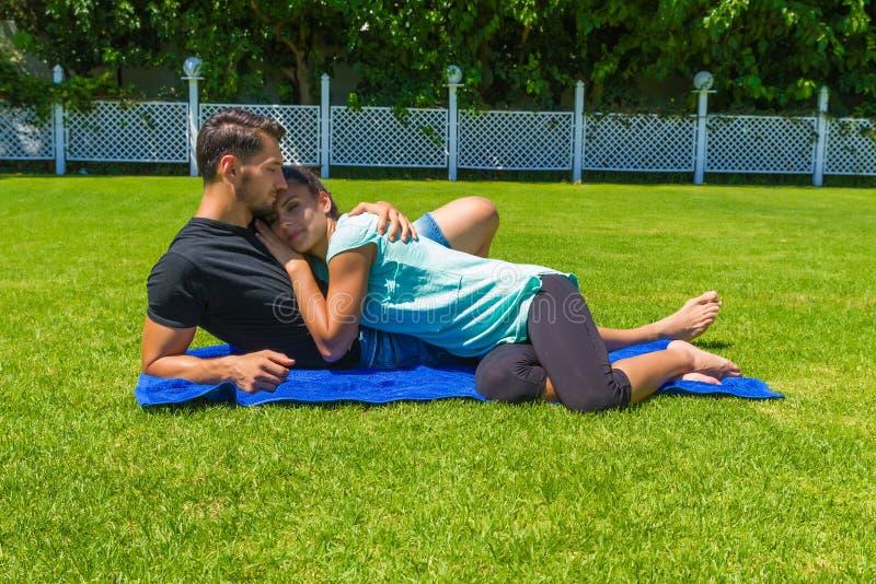 Ευτυχές νέο ζεύγος που χαλαρώνει απολαμβάνοντας τον ήλιο στοκ φωτογραφία