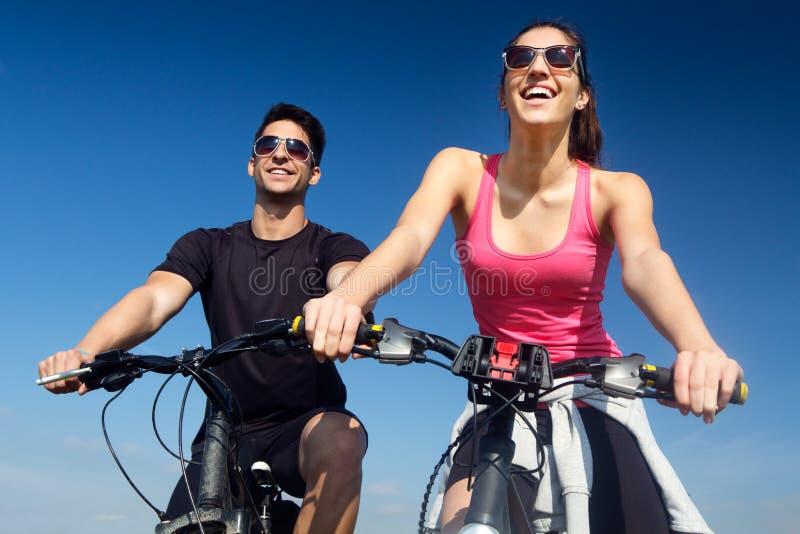 Ευτυχές νέο ζεύγος σε έναν γύρο ποδηλάτων στην επαρχία στοκ φωτογραφίες