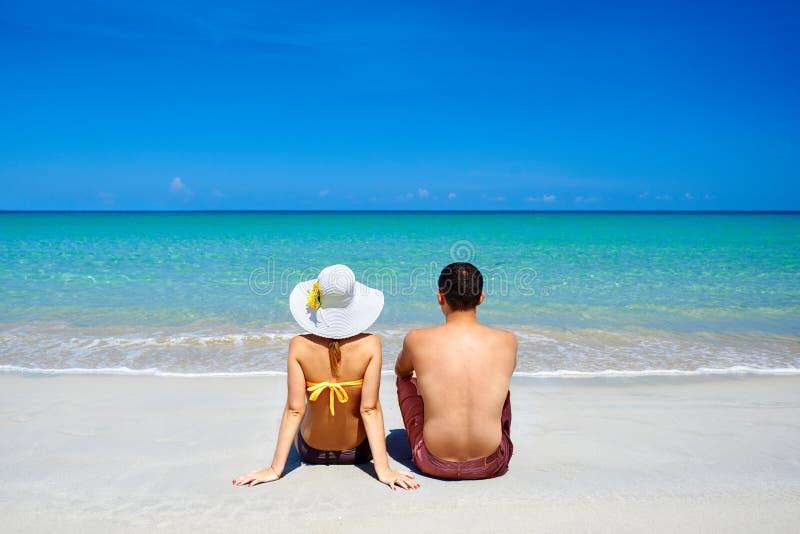 Ευτυχές νέο ζεύγος στις διακοπές καλοκαιρινών διακοπών στην τροπική παραλία στοκ φωτογραφία