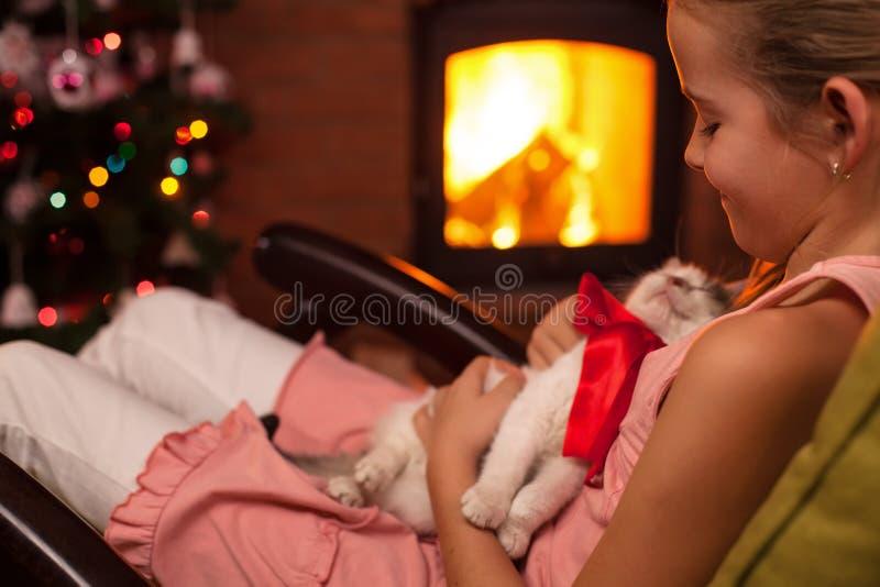 Ευτυχές νέο κορίτσι με το χριστουγεννιάτικο δώρο της - ένα γατάκι στοκ εικόνες
