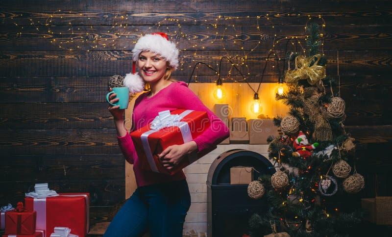 Ευτυχές νέο κόμμα Γυναίκα Santa στο κομψό φόρεμα Αισθησιακό κορίτσι για τα Χριστούγεννα Ξανθό κιβώτιο δώρων εκμετάλλευσης γυναικώ στοκ φωτογραφία με δικαίωμα ελεύθερης χρήσης
