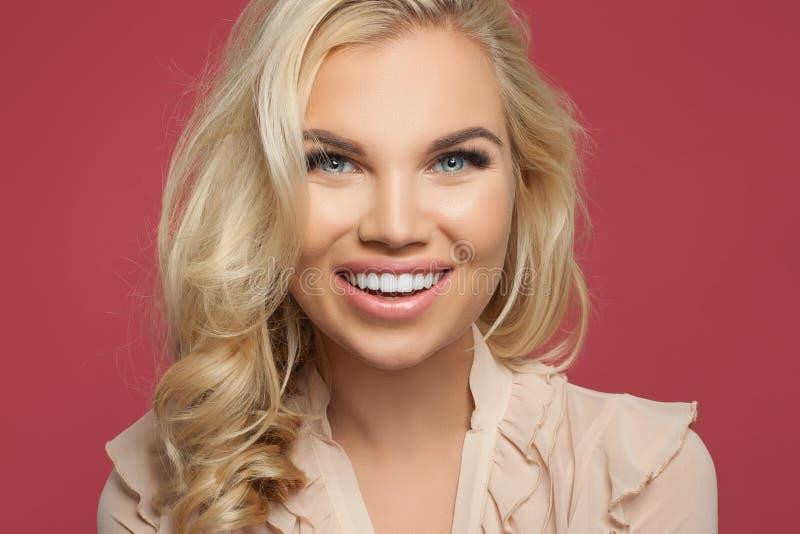 Ευτυχές νέο πορτρέτο κινηματογραφήσεων σε πρώτο πλάνο προσώπου γυναικών Κορίτσι με το όμορφο χαμόγελο πέρα από το ροζ στοκ φωτογραφία με δικαίωμα ελεύθερης χρήσης