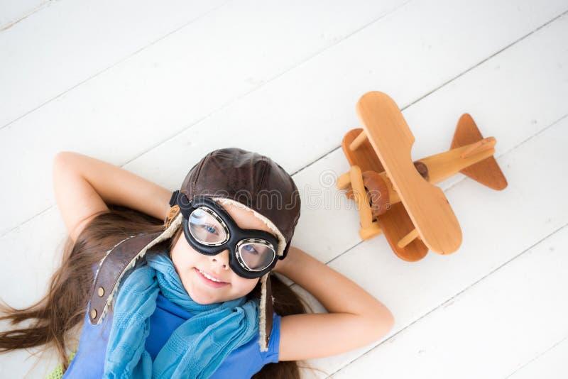 Ευτυχές να ονειρευτεί παιδιών στοκ εικόνα με δικαίωμα ελεύθερης χρήσης
