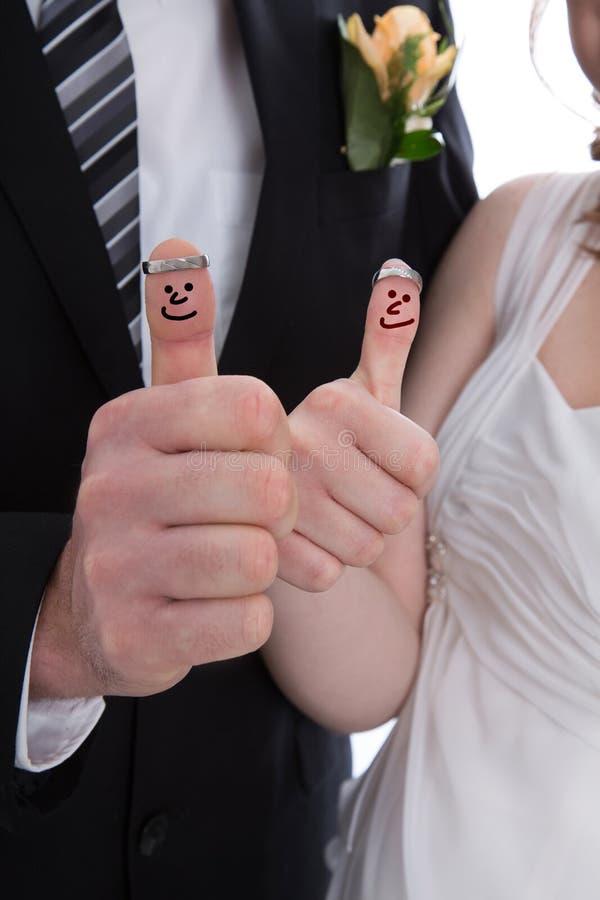 Ευτυχές νυφικό ζευγάρι με τους αντίχειρες επάνω Το τυχερό ζεύγος παντρεύεται στοκ εικόνες με δικαίωμα ελεύθερης χρήσης