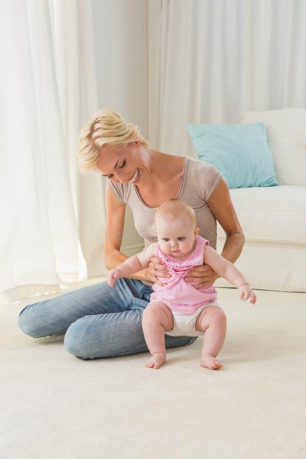Ευτυχές ξανθό παιχνίδι μητέρων με το κοριτσάκι της στοκ φωτογραφία με δικαίωμα ελεύθερης χρήσης