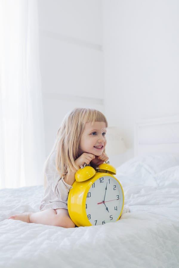 Ευτυχές ξυπνητήρι εκμετάλλευσης κοριτσιών στοκ εικόνες με δικαίωμα ελεύθερης χρήσης