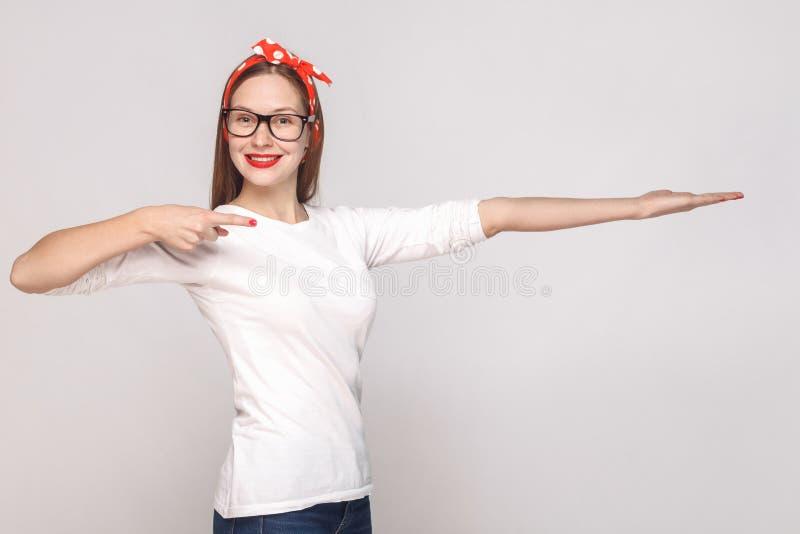 Ευτυχές οδοντωτό πορτρέτο smiley της όμορφης συναισθηματικής νέας γυναίκας στοκ φωτογραφίες