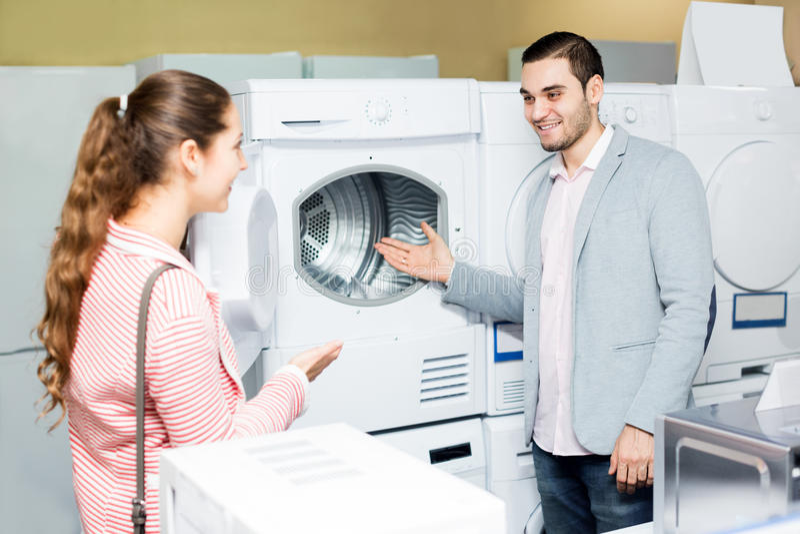 Ευτυχές οικογενειακό ζεύγος που αγοράζει το νέο πλυντήριο ενδυμάτων στοκ εικόνα με δικαίωμα ελεύθερης χρήσης